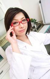 極上スレンダー美熟女樹カオルさんはED専門女医さん。赤いブラ&Tバックを見せ付け、特別治療の開始!