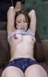 美人女教師神崎レオナさんの両手首を拘束して、ローター責め。バイブ&指マン責めに、イヤイヤと叫びながらも潮吹き!