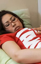 赤いTシャツ姿に、メガネを掛けて地味子顔の稲森千恵ちゃんがローター&バイブオナニー。おマンコにぶち込んでイキまくる!